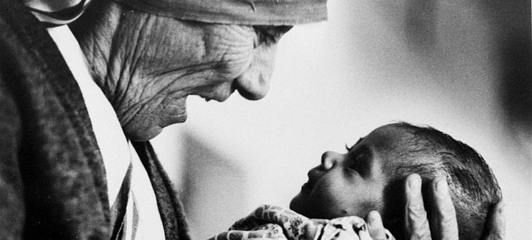 Hình: Mẹ Têrêxa bồng một em bé trong một viện mồ côi ở Calcutta năm 1978. (Eddie Adams/AP/SIPA/Eddie Adams/AP/SIPA)
