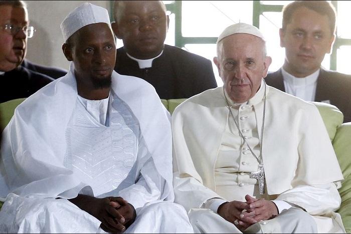 Đức Phanxicô và giáo chủ hồi giáo Nehedi Tidjani ở Nguyện đường Hồi giáo Koudoukou, Bangui sáng thứ hai 30-11-2015