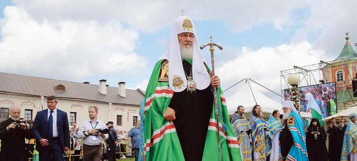 Thượng phụ Kyrill ở Tikhvine, Leningrad vào tháng 7-2015 trong một buổi lễ ở Nhà thờ Chính tòa  có tượng Đức Mẹ, Mẹ Thiên Chúa.