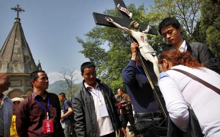 Một người Công giáo hôn thánh giá trong chuyến hành hương ở Bảo Định