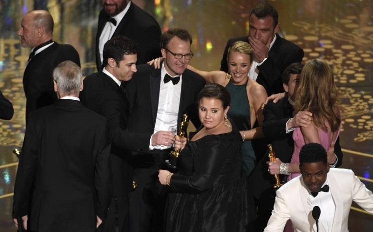 Tom McCarthy, Rachel McAdams và các thành viên khác của đoàn phim Spotlight ăn mừng sau khi nhận giải Oscar cho phim xuất sắc nhất.