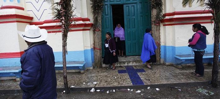 Sau thánh lễ, tín hữu công giáo rời nhà thờ Larrainzar, ở Chiapas