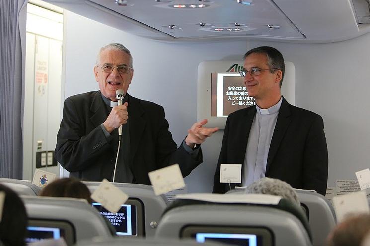 Linh mục Federico Lombardi và Đức ông Dario Vigano trên chuyến bay đi Quito,  Ecuador ngày 5 tháng 7-2015