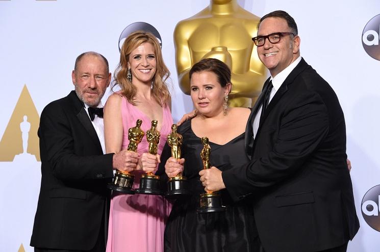 Steve Golin, Blye Pagon Faust, Nicole Rocklin, và Michael Sugar chụp với tượng Oscar