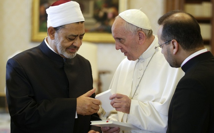 Pope Francis welcomes Sunni Muslim leader to Vatican