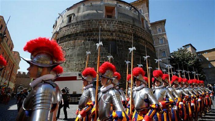 Cận vệ Thụy Sĩ trước Ngân hàng Vatican. Photo: Reuters / Tony Gentile