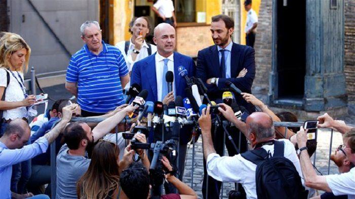 Các ký giả Ý Gianluigi Nuzzi và Emiliano Fittipaldi. Photo: Reuters / Tony Gentile