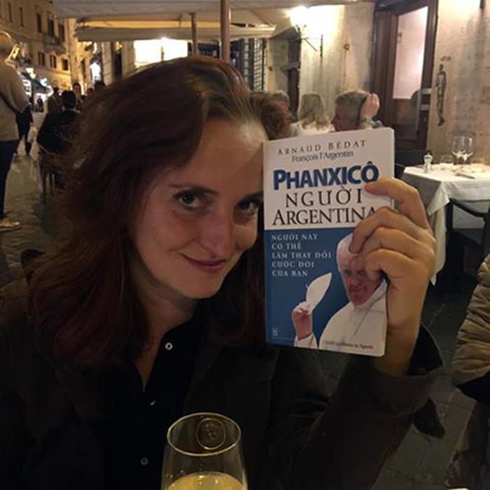 Bà Alessandra Benedetti, tác giả hình bìa.