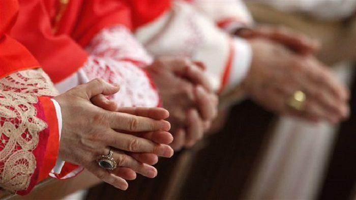 Bàn tay của các hồng y. Photo: Reuters / Alessia Pierdomenico