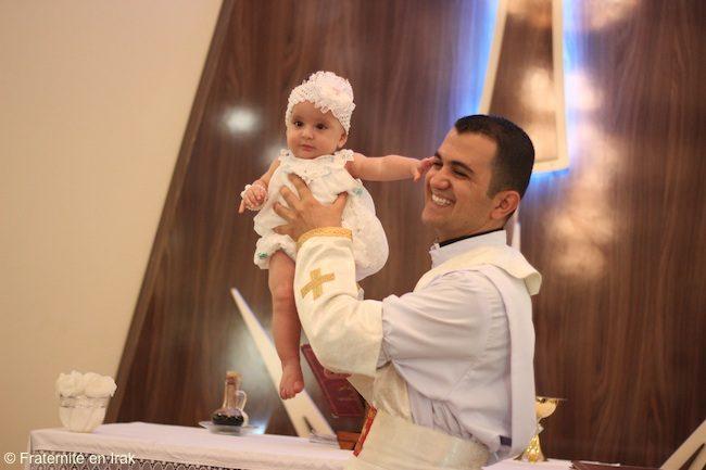 Lễ rửa tội đầu tiên của tân linh mục Rony tháng 8- 2016! © Huynh đệ Irak