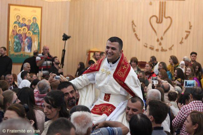 Niềm vui của giáo dân trong lần ba linh mục công giáo Syria chịu chức ở Mossoul. © Huynh đệ Irak