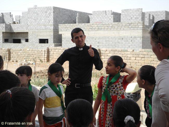 Rony và trẻ em ở Trung tâm vui chơi do Huynh đệ Irak tổ chức ở Qaraqosh tháng 8-2013. © Huynh đệ Irak