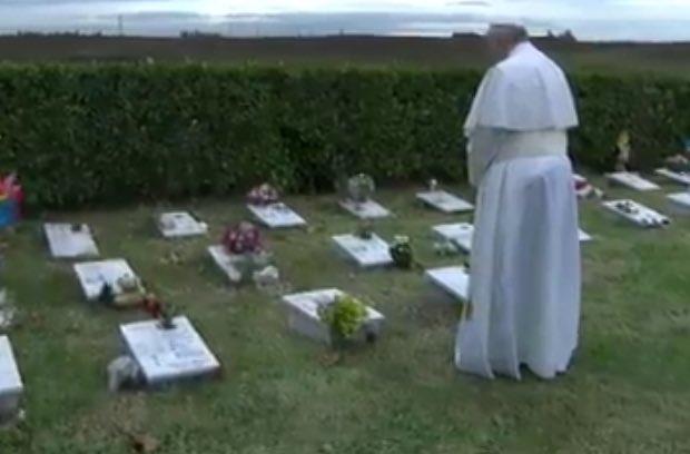 Tưởng niệm người đã khuất: Đức Phanxicô đến nghĩa trang của các em chết trong bụng mẹ